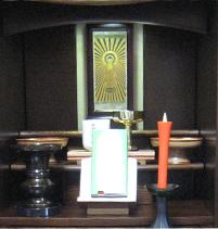 右:花立・右奥:香炉・絵軸・蝋燭立